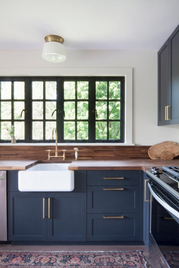 Dark Finishes on cabinets, gold hardware, farmhouse sink ❤️