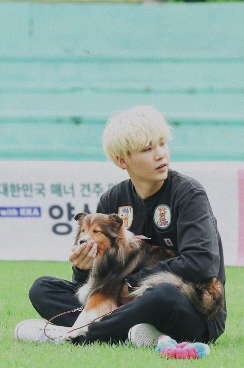 Yoongi with dog Pinterest // Carriefiter // 90s fashion ... #carriefiter #j ...